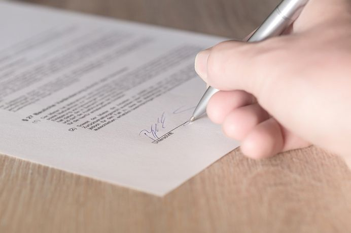 注文住宅で契約書にサイン