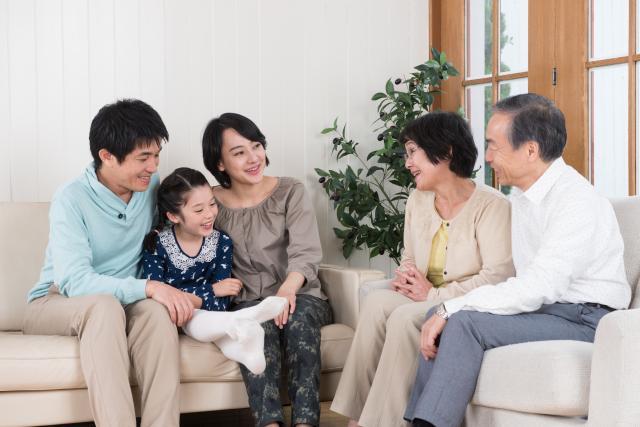 注文住宅の和室でくつろぐ家族